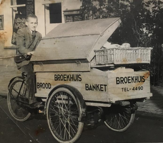 Als jonge kerel fietste hij door de regio op zijn bakfiets, waar 'brood, Broekhuis, banket' op prijkte, onder meer in de buurt van Paleis Soestdijk.