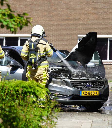 Elektrische auto vliegt in brand tijdens het laden in Deventer