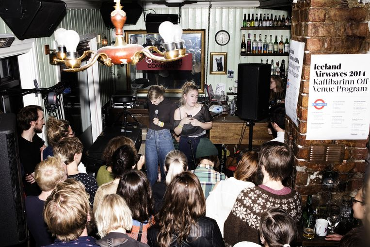 Samaris treedt op in de overvolle muziekpub Kaffibarinn in Reykjavik. Beeld Io Cooman