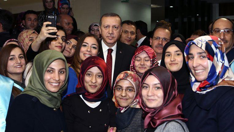 De Turkse president Erdogan met studenten op de universiteit van Bayburt. Beeld ap