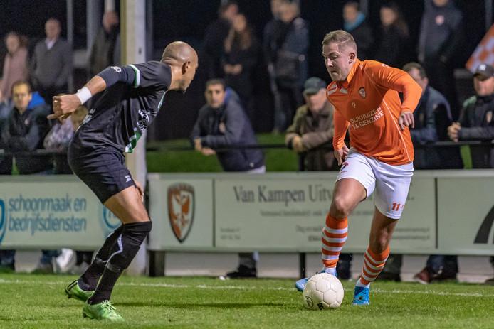 Jesse Dibbets (rechts) viel tegen Scheveningen een half uur voor tijd in en maakte de 1-1.