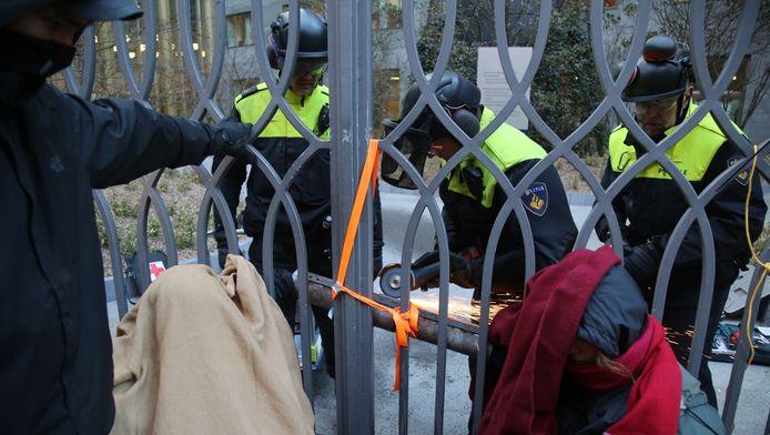 De politie moest de vastgeketende demonstranten loszagen.