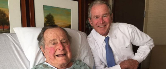 George H.W. Bush is verguld met het bezoek van zijn zoon George W. Bush.