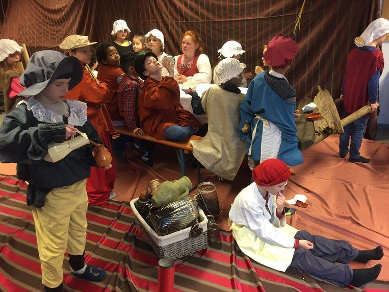 Onder de leuze 'Molenveld proeft Bruegel' konden de leerlingen een hele week letterlijk en figuurlijk proeven van het leven van Bruegel. Hier beelden ze een schilderij uit van Bruegel.