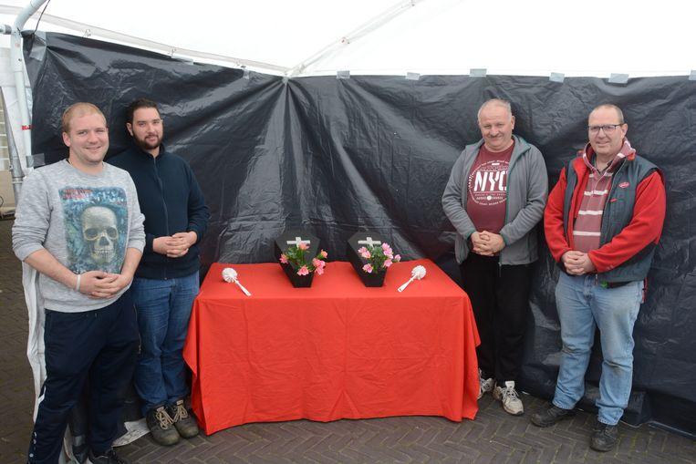 De Beursvrienden voerden ludiek protest tijdens het carnavalsweekend met een heuse 'rouwkapel' in de feesttent.