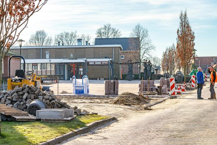 De reconstructie van het plein is de aanleiding voor het vernoemen van tweevoudig Elfstedentochtwinnaar Evert van Benthem. Op de achtergrond het dorpshuis, waar hij in 1985 en 1986 werd gehuldigd.