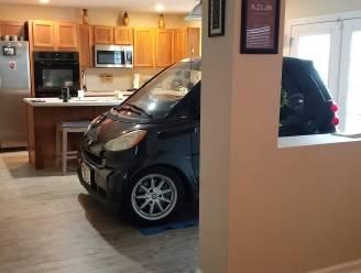 Man vreest dat orkaan Dorian zijn Smart zal wegblazen en parkeert hem in de keuken