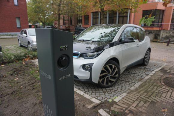 OUDENBURG - Op de parking van het stadhuis kunnen tegelijk twee elektrische of hybride wagens opladen