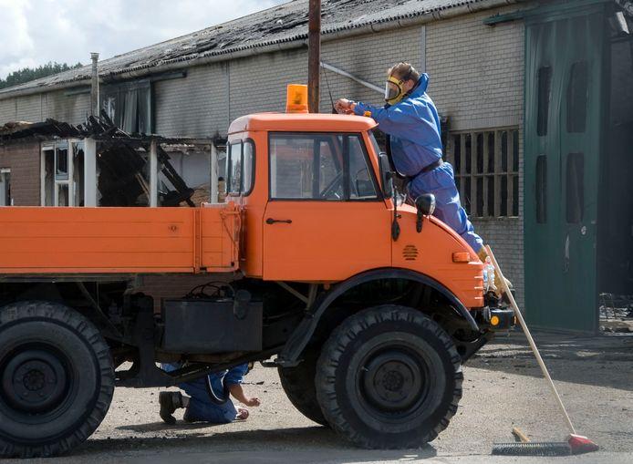 Het opruimen van de asbest die vrijkwam bij de brand in de botenstalling aan het Molenpad nam een week of drie in beslag.