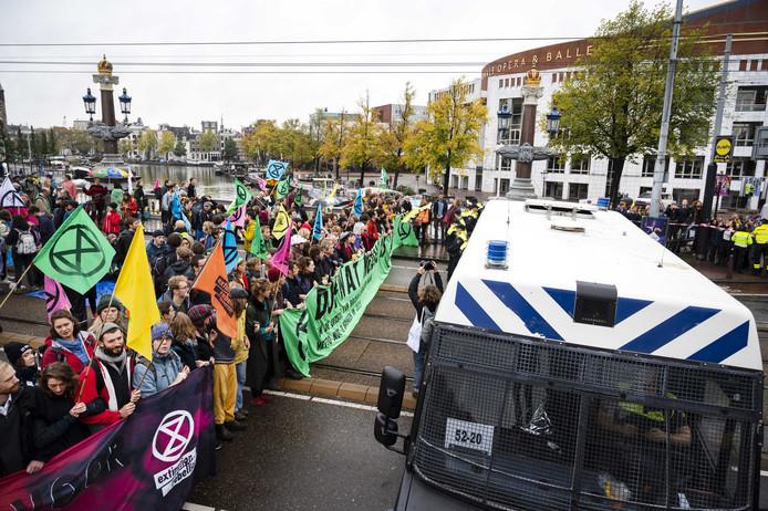 Demonstranten van Extinction Rebellion op de Blauwbrug.