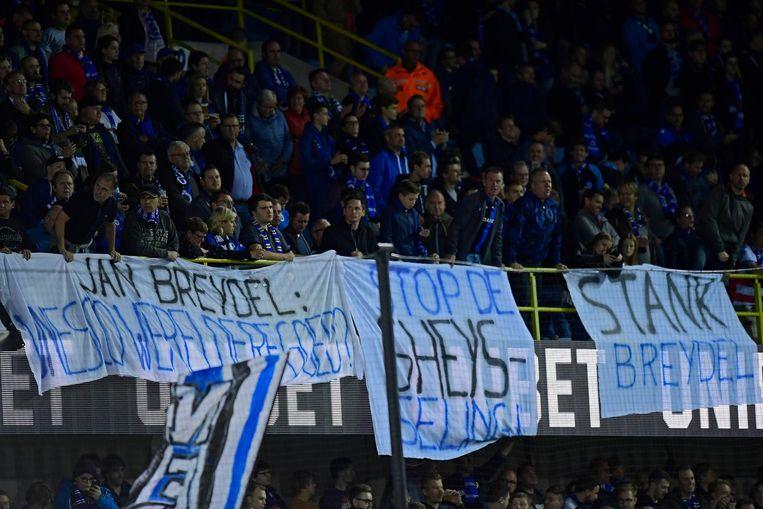 'Stop de Gheys-seling': supporters van Club Brugge laten hun ongenoegen blijken over het aanslepende stadiondossier.