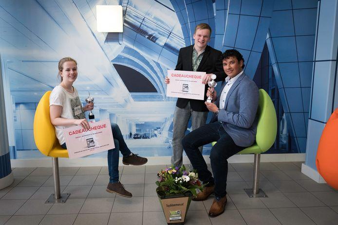 Charlotte Harbers, Rutger Kerlen en Patrick Smits (vlnr) zorgden er voor dat zowel bij het vwo als het havo de prijs voor 'Het Beste Profielwerkstuk van de Betuwe' naar het Hendrik Pierson College in Zetten ging.