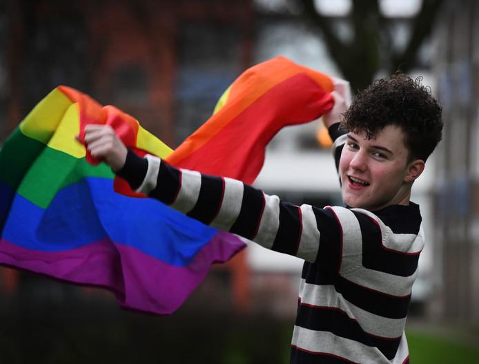 Justin Hermsen (16) met regenboogvlag.