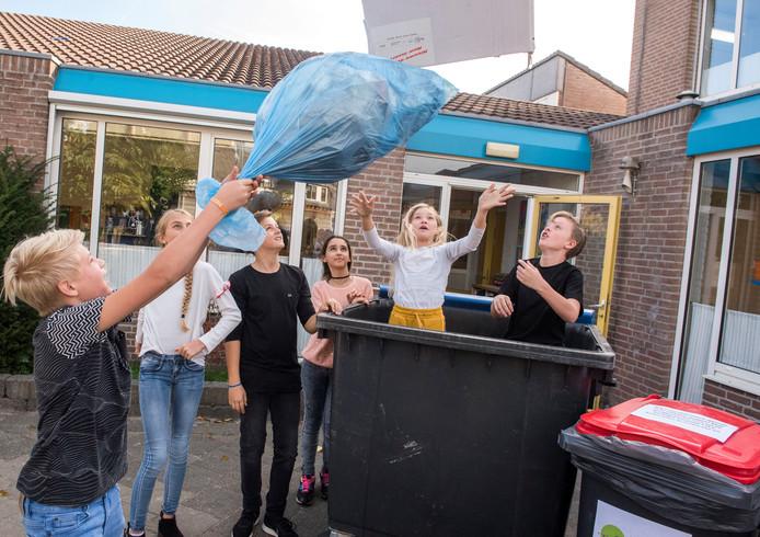 Het doel is om minder restafval over te houden en kinderen de effecten van afvalscheiding en zwerfafval te laten zien.