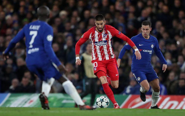Yannick Carrasco gaat met de bal aan de haal, Eden Hazard kijkt toe.