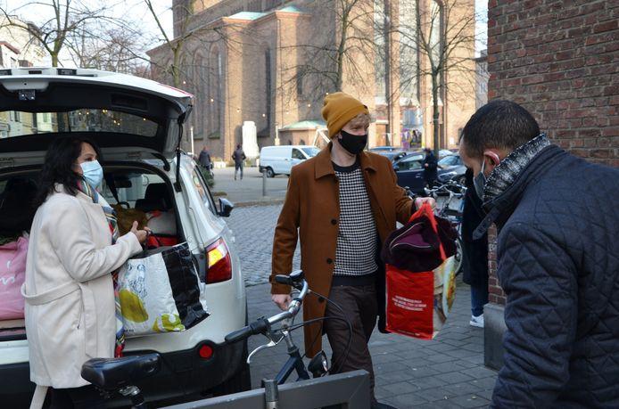 PVDA verzamelde 100 warme winterjassen voor daklozen.