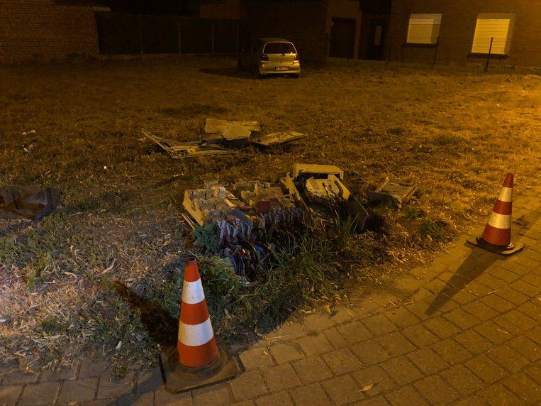 De elektriciteitskast werd volledig vernield door de aanrijding.