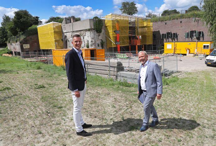 Wethouder Daan Markwat (links) en projectleider Arnold Schietekatte voor het fort in Ooltgensplaat.
