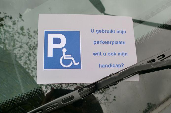 Deze kaart plaatst het Roosendaalse gehandicaptenplatform Rogep onder de ruitenwissers van auto's die illegaal op een gehandicaptenparkeerplaats staan.
