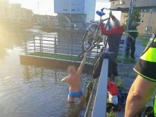 Man haalt zelf in water gegooide fiets uit Oostkolk Terneuzen