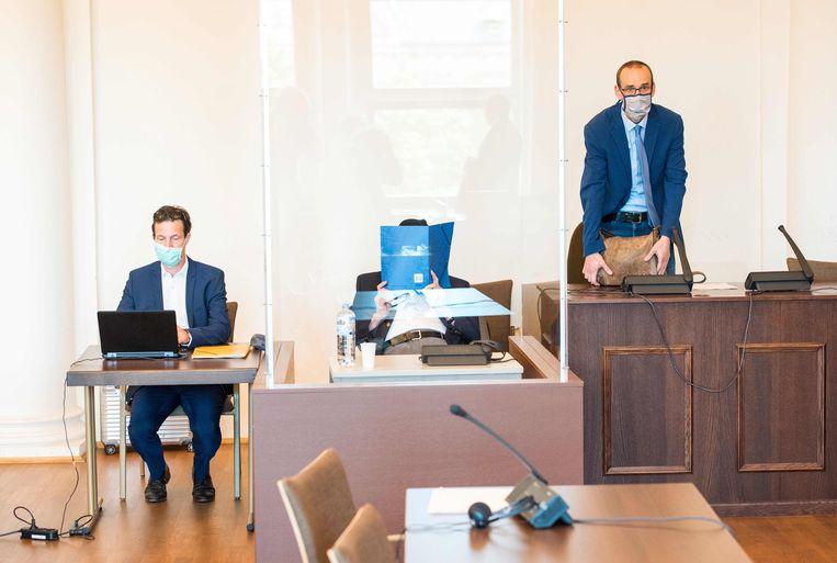De 93-jarige Bruno Dey (midden) verbergt zijn gezicht in de rechtszaal op donderdag, voor het oordeel werd uitgesproken. Beeld AFP