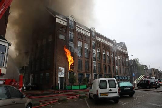 Vlammen slaan uit het pand aan de Koningin Wilhelminahaven.