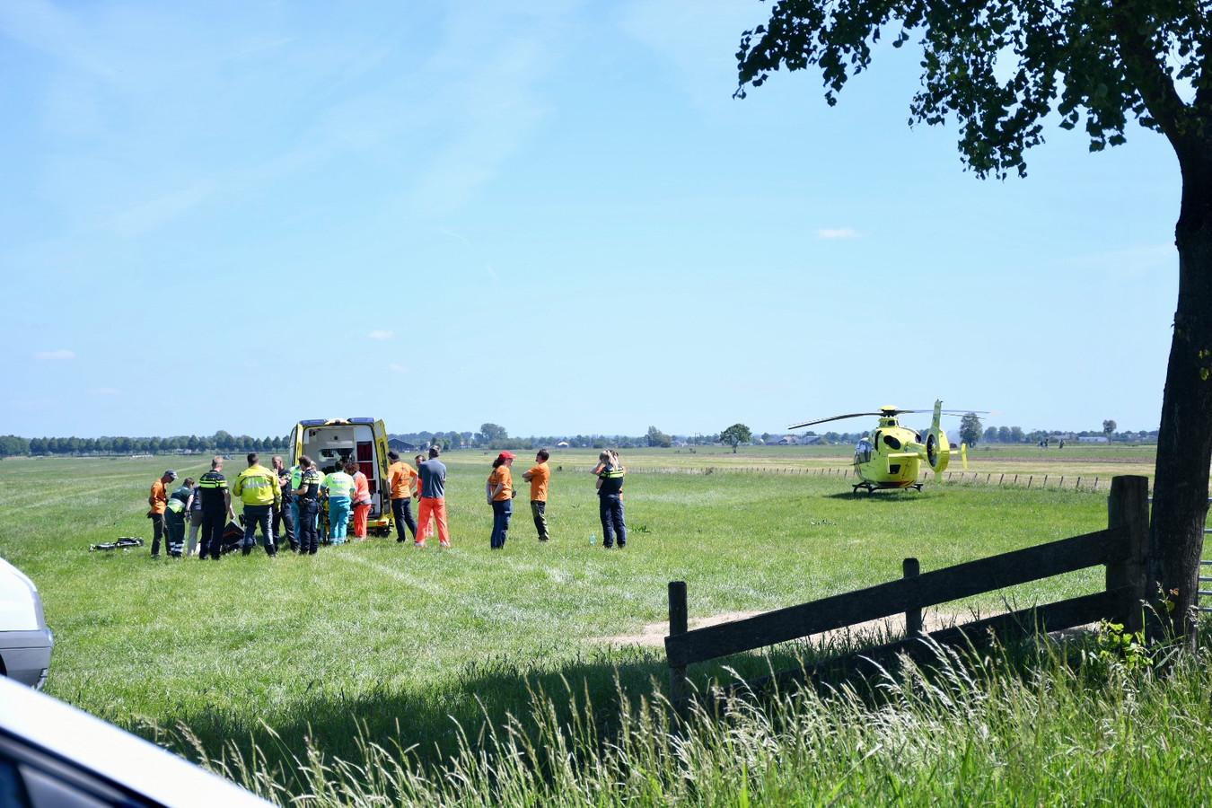 De paraglider is met spoed naar het ziekenhuis vervoerd.