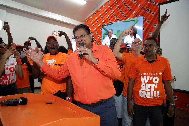 Oppositieleider Chandrikapersad Santokhi van de VHP viert de zetelwinst in het partijcentrum.  Beeld ANP