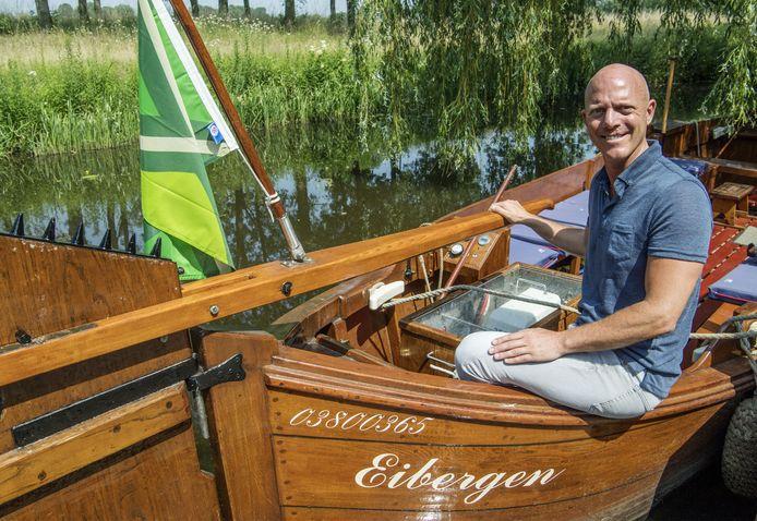 Oud-Eibergenaar Eric Wewerinke, schrijver van de psychologische thriller 'Zwarte golven', even aan het roer van berkelzomp De Snippe.