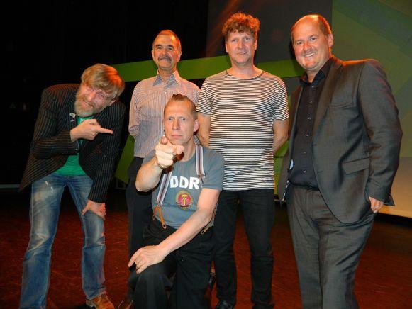 Komiek Joost Van Hyfte met achter zich Johan Engels, Jan Mussche, Eddy Deketelaere en schepen Christophe De Waele.