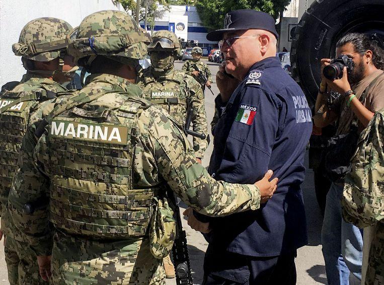 Mexicaanse soldaten arresteren politiecommandant Max Lorenzo Sedano.