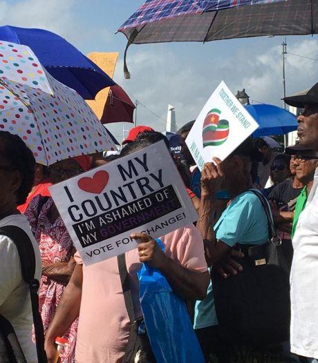 Boze Surinamers betogen tegen president Bouterse om financiële chaos