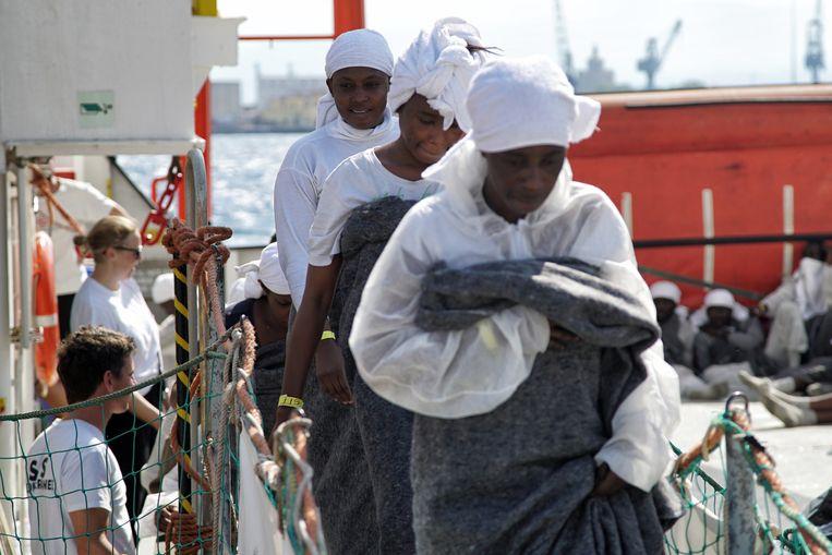 Geredde vluchtelingen verlaten het reddingsschip de Aquarius. Beeld ap