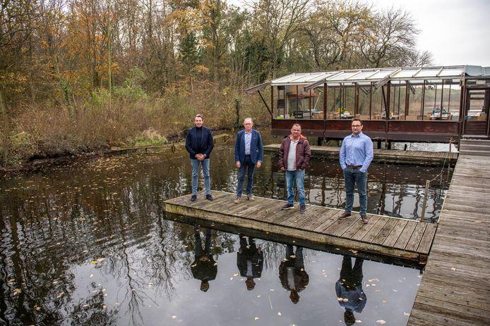Adviseurs Ko van Garderen (De Kanovijver) en Gilles Straijer (sauna) met Peter en Dennis Bootsgezel (vlnr) op een steiger bij De Kanovijver, het bedrijf van de Bootsgezellen, in het Nollebos.