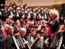 Jostiband speelt 'Hand in Hand Kameraden' in vol Concertgebouw