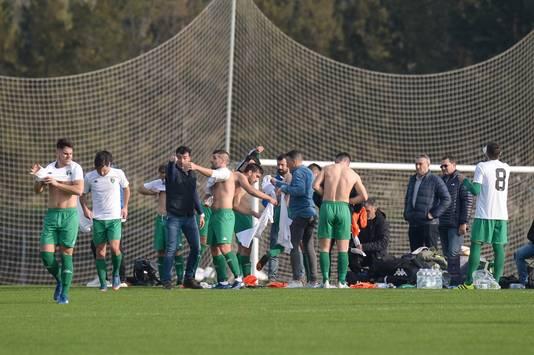 De voetballers van Europa FC wisselen tijdens de wedstrijd van shirt.