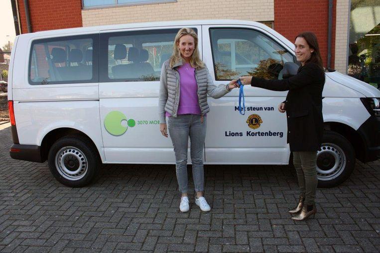 OCMW-voorzitster Alexandra Thienpont (links) neemt de sleutels van de 3070 Mobiel in ontvangst.