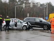 Gewonde bij ongeval Apeldoornseweg, verkeerslichten mogelijk uitgevallen