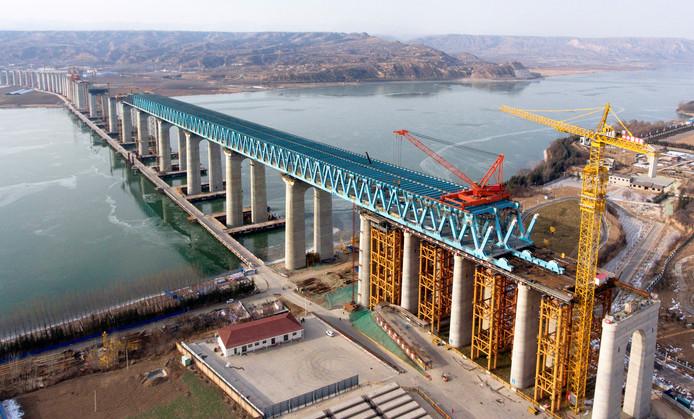 Luchtfoto van de spoorbrug die de Chinese stad Sanmenxia verbindt met Pinglu County. (archief)