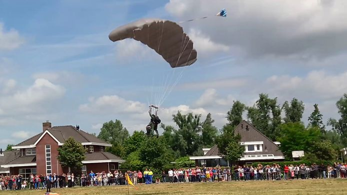 Commissaris van de Koning Wim van de Donk landt veilig in Terheijden.