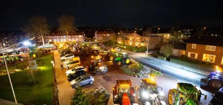 Honderd boeren vragen aandacht voor stikstofprobleem bij gemeenteraad Oldebroek