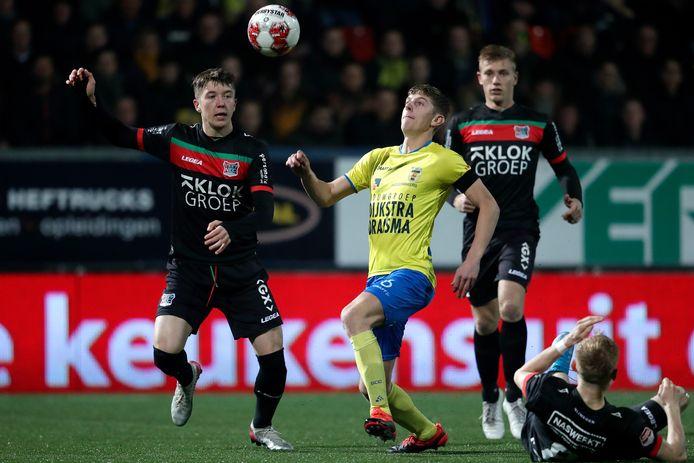 Ole Romeny jaagt op Mees Hoedemakers van SC Cambuur in het laatste duel van NEC in Leeuwarden.