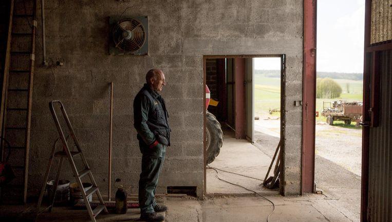 Dominique Michel, een van de drie overgebleven boeren in het dorp Vaux-la-Grande: 'Vroeger kon een boer een goede boterham verdienen. Nu moet mijn vrouw werken in een handel in bouwmaterialen.' Beeld null