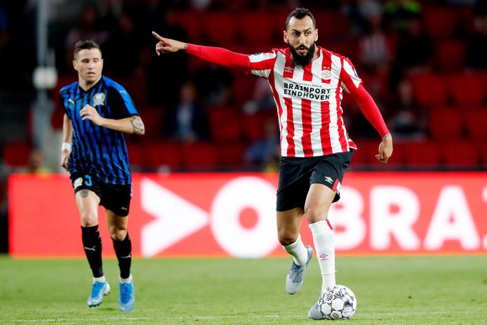 PSV-spits Kostas Mitroglou meteen al dirigerend in het duel met Apollon Limassol.