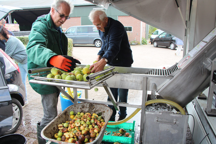 Appels worden zaterdagmiddag in de Achterhoekse SapPers ingevoerd, om sap van te maken.