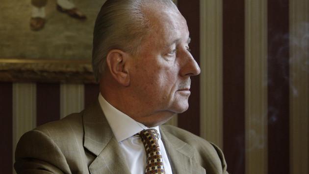 Theo Hiddema in zijn kantoor.