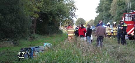 Automobiliste eindigt in sloot in Slagharen en moet naar het ziekenhuis
