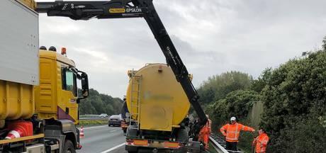 File op A50 bij Ewijk door gestrande vrachtwagen en meel op de weg