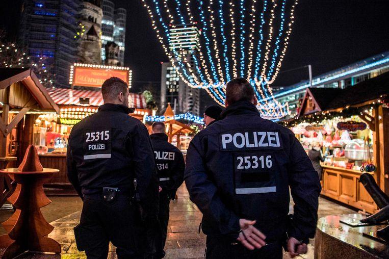 De politie in Berlijn loopt zichtbaar over de Berlijnse kerstmarkten Beeld AFP