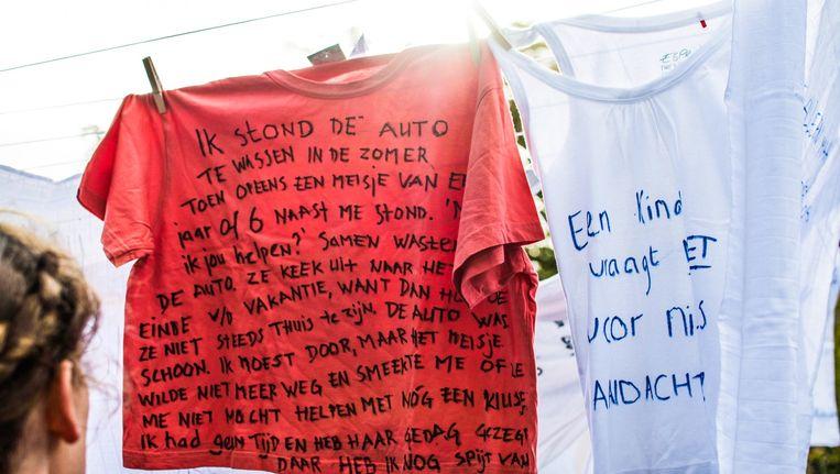 Op de kleding kunnen mensen teksten over kindermishandeling schrijven. Beeld Het Parool